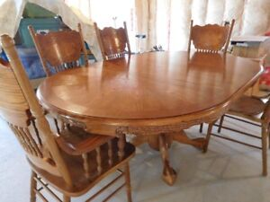 Country style oak table with 6 chairs in great condition