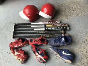 Plusieurs bâtons, casques et souliers de Baseball pour jeunes.