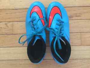 Nike Youth Size 4 Soccer Cleat