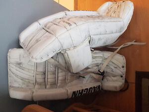 Vaughn 7360 excellent condition white goalie pads
