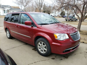 REDUCED! 2012 Chrysler Town & Country Touring w/DVD, BLUETOOTH