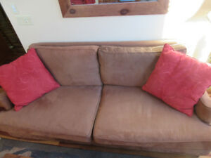 SOLID WOOD CONSTRUCTION COUCH THAT CONVERTS TO DAYBED
