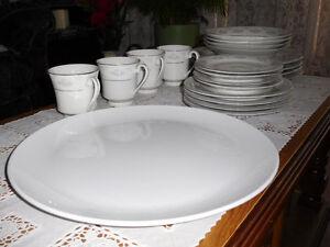 BEAUTIFUL 20 PIECES PORCELAIN DINNER WARE SET. West Island Greater Montréal image 5