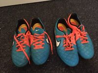 Nike football boots size 4. 1 moulded plastic and one metal studs