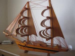 AUBAINE À DESCHAMBAULT: Grand voilier décoratif en bois DE +500$