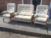 Sofa suite and 2 armchairs set. Good condition. Can deliver.