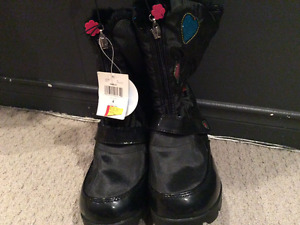 Girls winter boots (new tags still on) size 4