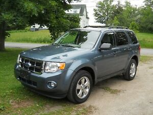 Ford Escape XLT SUV  V6 and AWD....... loaded and like new !!