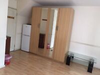 HUGE DOUBLE OR TWIN ROOM TO RENT ON OLD KENT ROAD SE1,SHOWER AND PRIVATE BACLONY,CLOSE TO ELEPHANT