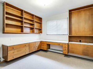 5 minutes' walk to McMaster, two rooms available now.