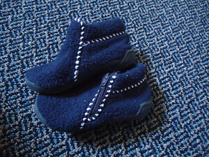 Boys Size 9 Toddle Navy Zip Up Soled Slippers Kingston Kingston Area image 2