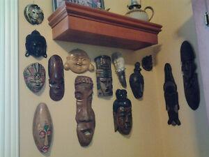 12 masques de différentes grandeurs venant de différents pays