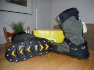 Overshoes (couvre-chaussures isolées avec crampons) NEUVES!
