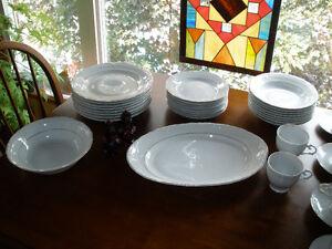 Crown Regent Fine China made in Romania Serves 8 + bowl/platter Cambridge Kitchener Area image 4
