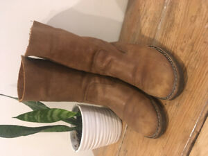 Size 8.5-9 Roots Boots: Hardly worn!! Pick up by April 21st