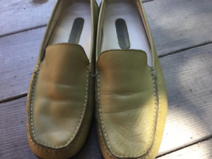Woman' s leather loafer..Rockport size 8