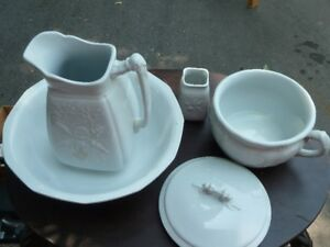 Vintage wash basin & pitcher and chamber pot