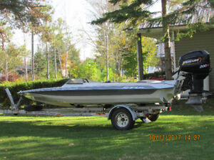 18' SKI BOAT WITH OUTBOARD ENGINE AND TRAILER