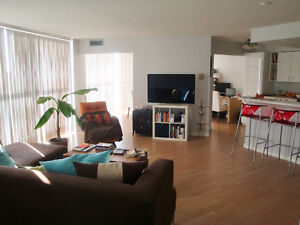 Spacious and Modern 2BD/2BA + Den @QEW/Hurontario - AVAIL Sept 1