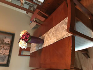 Dinningroom Table and Hutch