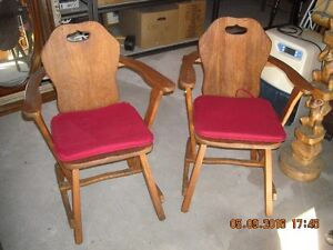 2 chaises antique en bois       livraison gratuite possible