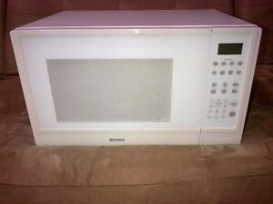 KENMORE MICROWAVE FULL SIZE! FAIRLY NEW! CLEAN! WORKS GREAT!