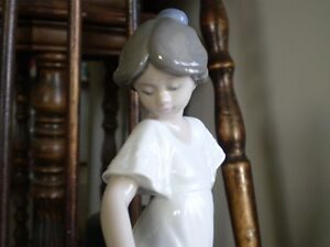 "NAO Lladro Figurine- "" How Pretty "" #1110 Kitchener / Waterloo Kitchener Area image 6"