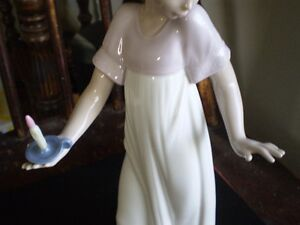 "NAO Lladro Figurine- "" To Light The Way "" #1155 Kitchener / Waterloo Kitchener Area image 7"