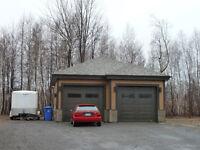 IDEAL entrepreneur grand terrain sans voisin arrière 2 garages..