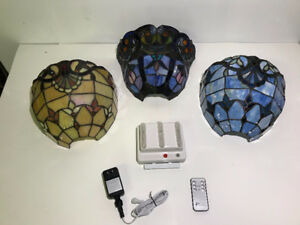 TIFFANY-STYLE LED WALL SCONCE WITH 3 STAINED GLASS SHADES - FJN