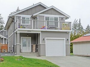 OCEAN VIEW House with a 2 Bedroom Lower Suite!