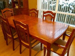 Magnifique ensemble de salle à manger en chêne avec vaisselier!