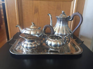 BEAUTIFUL   VINTAGE TEA SET FOR SALE