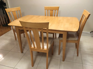 Kitchen table with 4 chairs (extendable)