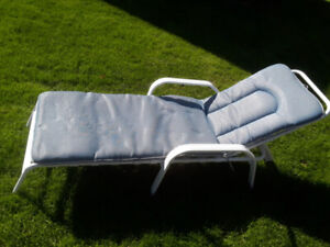 LOUNGER AND THICK CUSHION