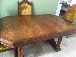 Table de cuisine en bois massif, 4 à 8 places  avec 4 chaises.