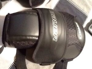 Bauer Supreme JUNIOR Knee Guards  for Goalie  MINT