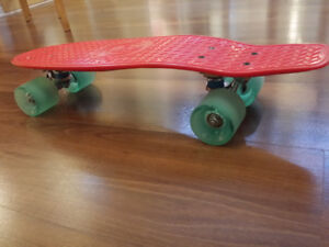 MADD GEAR Skateboard / planche a roulette NEW  jamais utilisee