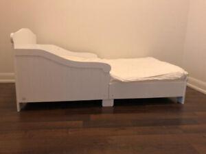 white kids bed (toddler bed + mattress)