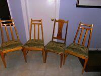 4 bonnes chaises  en bois solide transport possible