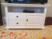White wooden tv stand. 1m wide and 65cms high