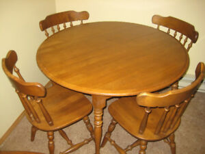 Solid Oak Round Dining Room Table with 2 Leafs & 4 Chairs