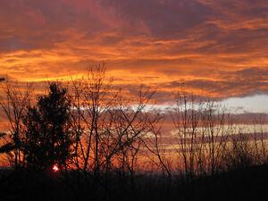 Vue imprenable sur montagnes et coucher de soleil
