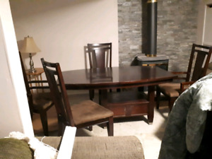Diningroom table & chairs