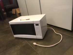 700 W MICROWAVE OVEN