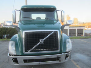 2014 Volvo VNL Tandem Day Cab Tractor