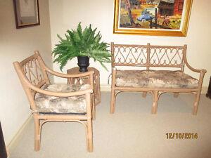 Ensemble causeuse, chaise et table d'appoint en rotin
