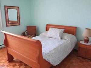 Chambre à coucher en bois blond, en excellent état.