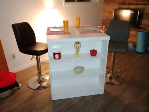 A nice table and bar stools for sale 350$