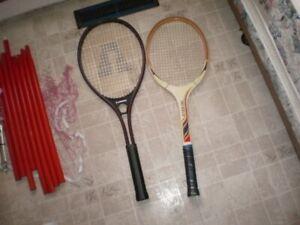 6 Raquettes de tennis et un filet .